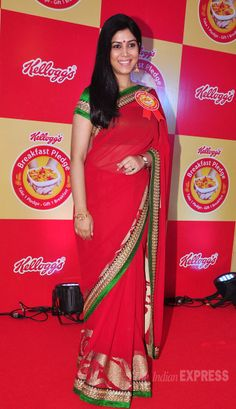 Sakshi Tanwar went the desi route in a red sari with a green and gold border at the Kellogg's Breakfast Pledge Event. Indian Celebrities, Bollywood Celebrities, Bollywood Fashion, Indian Beauty Saree, Indian Sarees, Sakshi Tanwar, Red Sari, Sexy Little Black Dresses, Saree Models