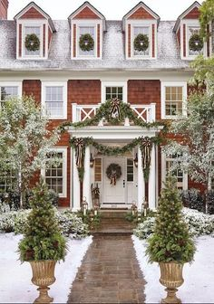 A white Christmas in a snow coat is a big boost to holiday magic! The choice of white for Christmas decorations also allows a result of the most chic, without fault of taste possible! Decoration Christmas, Diy Christmas Tree, Outdoor Christmas, Christmas Balls, Rustic Christmas, All Things Christmas, White Christmas, Christmas Holidays, Christmas Wreaths