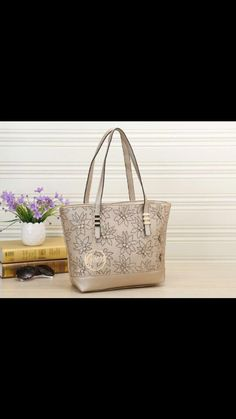 Rp.215.000 Fashion Guess Flower cutting with crystal 1821 Size : 40,5 x 26 x 11 Material kulit Taiga Berat Real 7 ons  Quality semipremi  Collour : red, gold, black, light brown, pink, beige