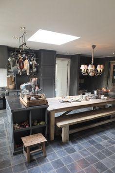 Prachtige houten #tafel in deze #landelijke #keuken.