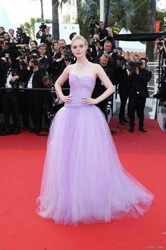 Elle Fanning surgiu deslumbrante com um vestido Rodarte na 70ª edição do Festival de Cannes, em 24 de maio de 2017