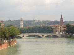 Vista do canal para a cidade em Verona #viagem #turismo