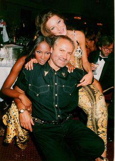 Carla Bruni et Naomi Campbell aux côtés de Gianni Versace au gala Save the Rain Forest à Londres en mars 1992