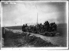 Dans le Nord, les soldats se servent d'un Decauville pour apporter les provisions à la première ligne : [photographie de presse] / Agence Meurisse