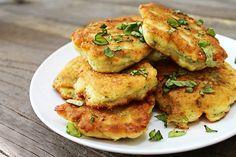 Le frittelle di fiori di zucchina si preparano soffriggendo i fiori prima di tritarli ed unirli agli altri ingredienti ottenendo al termine una