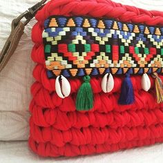 La colección bohochic amplía su gama de colores. También en rojo. #macadamiarepublic #trapillo #handmade #hechoamano #crochet: