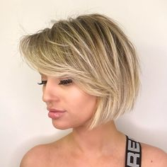 Disheveled Honey Blonde Bob with Side Bangs - All For New Hairstyles Bob Haircut With Bangs, Short Hair With Bangs, Short Bob Haircuts, Cool Haircuts, Short Hair Cuts, Fringe Haircut, Growing Out Short Hair Styles, Short Styles, Bob Hairstyles For Fine Hair