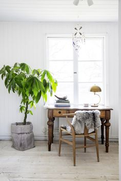 Vintage desk and wishbone chair in the dreamy, rural Swedish summer cottage of Erica Franzén. Home Office Design, Home Office Decor, House Design, Office Desk, Minimalist Interior, Minimalist Home, Swedish Cottage, Gravity Home, Scandinavian Home