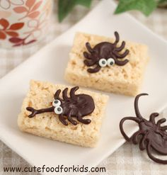 Cute Food For Kids: DIY Chocolate Bugs for Halloween or Bug Theme Party Recetas Halloween, Halloween Treats, Spooky Treats, Halloween Party, Cute Food, Good Food, Kinds Of Desserts, Food Themes, Food Ideas