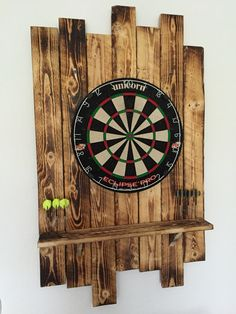 Dartscheibe aus Palettenholz Dartboard made of pallet wood Dartboard Setup, Dartboard Surround Diy, Dartboard Ideas, Custom Woodworking, Woodworking Projects Plans, Game Room Basement, Outdoor Furniture Plans, Pallet Furniture Bar, Bedroom Decor