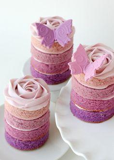 Door beslag in verschillende bakjes te verdelen en in elk bakje een andere  hoeveelheid kleurstof te doen, krijg je dit leuke effect.