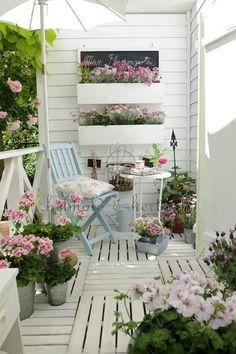 floreiras/decks brancos/cadeira azul