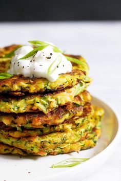 Crispy Garlic Parmesan Zucchini Fritters These crispy zucchini fritters are easy to make, low calorie and perfect for going alongside of grilled steak or chicken. Pair with a dollop of sour cream or your favorite greek yogurt! Diet Recipes, Vegetarian Recipes, Cooking Recipes, Healthy Recipes, Tapas Recipes, Curry Recipes, Potato Recipes, Vegetable Dishes, Vegetable Recipes