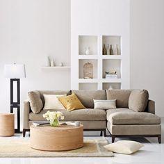 Rustige woonkamer met beige tinten.