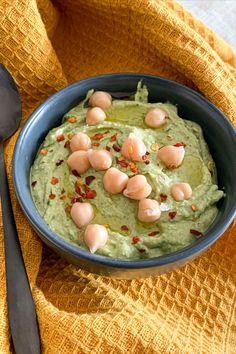 ZUTATEN - 130g Kichererbsen - ca. 30g Bärlauch - 2 EL Tahin - Saft einer 1/2 Zitrone - Salz - 1 TL Olivenöl - 2 EL kaltes Wasser ZUBEREITUNG - Den Bärlauch waschen und die Kichererbsen abtropfen lassen. In einem Mixer oder mit einem Pürierstab alle Zutaten miteinander vermengen und schon ist der selbstgemachte Bärlauch Hummus fertig 😉. Hummus, Mixer, Cereal, Pudding, Breakfast, Desserts, Food, Chic Peas, Juice