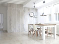 Madeira e branco na cozinha