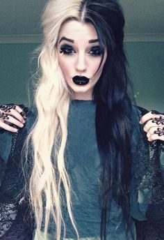 ) Halloween Makeup Looks That'll Inspire You Half black half white hair and dark black makeup and lips. PerfectHalf black half white hair and dark black makeup and lips. Hair Inspo, Hair Inspiration, Halloween Makeup Looks, Spooky Halloween, Halloween Inspo, Halloween Wigs, Vintage Halloween, Estilo Rock, Black Makeup