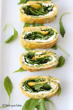 Vegetarische omelet rolletjes met romige kaas en rucola/ Vegetarian omelet rolls with creamy cheese and arugula (recipe is in Dutch)