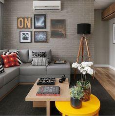 """""""Que tal para um #miniapêohlaemcasa  !? Sala super moderna em tons de cinza e bege  O tijolinho aparente neutro gerou um contraste com a mesa de centro…"""""""