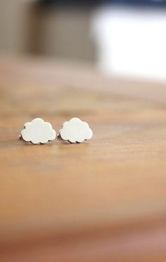 É muita fofura  Nossos brinquinhos de nuvem podem ser feitos para adultos ou crianças. Fabricação em prata e em ouro.  Informações: fran@franbagatini.com.br  Site: www.franbagatini.com.br  #handmade #franbagatini #design #art #cloud #minimalism #silver