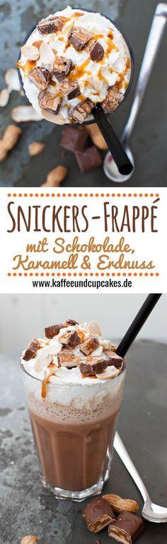 Snickers-Frappé (Geeister Caffè Latte mit Schokolade, Karamell, Erdnussbutter, Sahne und Snickers-Riegeln)