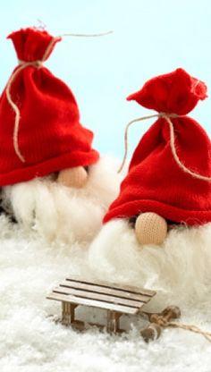Julehåndarbejde | Nisser du selv kan lave | Hjemmelavet julepynt er hyggeligt | Kreativ jul Christmas Gnome, Christmas Crafts, Christmas Decorations, Xmas, Christmas Ornaments, Felt Crafts, Diy Crafts, Homemade Christmas, Pine Cones