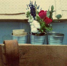Leather detail. Zinc vases with flower arrangement. Anemone, lavander and cotton flower. Tagadecoracion.com