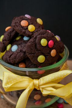 Mini chocolate cookies with smarties - Birthday food - Macarons Kitkat Torte, International Recipes, Chocolate Cookies, Quick Meals, Macarons, Finger Foods, Sweet Treats, Good Food, Sweets
