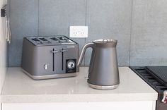 The titanium Aspect combine design and craftsmanship for a timeless design. These kettles and toasters are available also in Azure (blue, black & white. Timeless Design, Modern Design, Kettle And Toaster Set, Toasters, Brick And Wood, Industrial Interior Design, Urban Loft, Vacuum Flask, Kettles