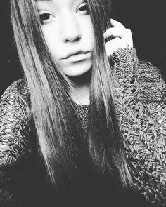 Wszystko co o mnie słyszałeś wydaje mi resztę za kłamstwo #kartkymusic #quequality @kartkymusic @quequalitypl #selfie #me #hello #sweater #longhair #brunettesdoitbetter #brunette #black #white #love #monday #badday #tumblr #nosmile #lips #polishblogger #polishgirl
