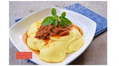 Essa receita de polenta mole ficou com uma textura maravilhosa. O sabor também é incrível, e pode ser servida com um molho especial formando uma dupla infalível.