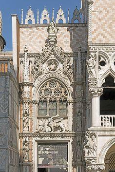 Palazzo Ducale (Venice) - Porta della carta.Слева от фасада,выходящего на площадь Св.Марка, открывает доступ во двор Дворца дожей «Порта делла Карта»-«Бумажная дверь»,созд.Джованни и Бартоломео Бон;в форме стрельчатой арки, украшенной в верхней её части декорат.элементами в готич.стиле;на портале -дож Франческо Фоскари перед крылатым львом (символом Венецианской республики),наверху- статуя Правосудия.