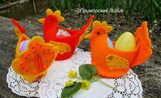 Пасхальные курочки. Автор: Приморская Лилия Размер: 9*10см Для одного куриного яйца, двух пластиковых и нескольких перепелиных. Материал: фетр, бисер, пайетки.
