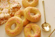 Cuchillito y Tenedor: Rosquillas de naranja al horno. Donut Recipes, Cookie Recipes, Dessert Recipes, Coconut Cookies, Yummy Cookies, Donuts, Delicious Desserts, Yummy Food, Sweet Dough