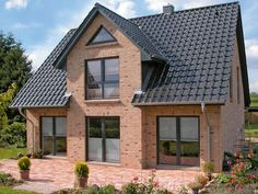 Einfamilienhaus mit Giebel und Terrasse von ECO System HAUS Detached house with gable and terrace of Local Architects, Commercial Architecture, Australian Homes, Detached House, Architecture Design, Home And Family, New Homes, Cottage, Construction