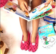 A cozy day spend iwith just cups of hot chocolate ☕️☕️and some #mommyandme time with some of our fav reads! 😇  Ps: Had to talk about this Fabfind for the kiddo!  The split toes @tsukihoshi_us Tabi Tabi shoes, perfect for wearing all day!! It kind of separates the big toe from the other digits, so perfectly mimics barefoot walking & is super comfy!!