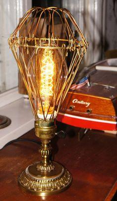 Bordslampa i brons via Vintage Lighting. Click on the image to see more!