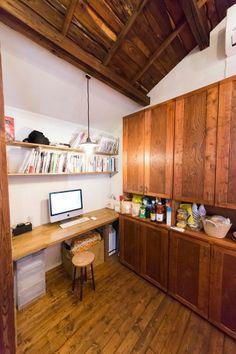 キッチン脇の仕事スペースは、もともと押入れだった。大きな食器棚も手作り。