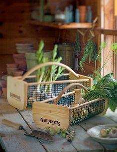 Garden harvest basket - a great gift for the gardener in your life Vegetable Storage Rack, Garden Tool Storage, Garden Projects, Garden Tools, Farm Tools, Garden Trowel, Potato Storage, Onion Storage, Picnic Items