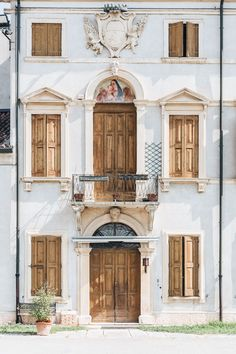 10 day Italy itinerary with off the beaten path routes to enjoy the beauty of the countryside or the mountains in the North. With tips from a local! Italy Vacation, Italy Travel, Italy Trip, 10 Days In Italy, Door Picture, Brown Doors, Visit Italy, By Train, Architecture Photo