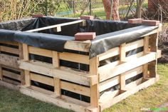 Build raised bed yourself - easy and inexpensive from pallets-Hochbeet selber bauen – einfach und preiswert aus Paletten Growing vegetables and herbs – it's easy, inexpensive and without having to bend down once with a raised bed made of pallets! Building Raised Beds, Raised Garden Beds, Diy Outdoor Furniture, Diy Furniture, Outdoor Decor, Bed Made From Pallets, Pallet Fence, Pallets Garden, Landscaping With Rocks