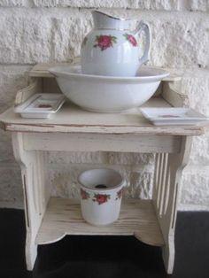antiek klein houten wastafeltje met lampetstel