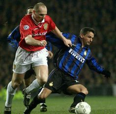 Man Utd 2 Inter Milan 0 in March 1999 at Old Trafford. Jaap Stam muscles in on Roberto Baggio in the Champions League Quarter Final, 1st Leg.