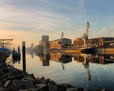 Der #Moment wenn die #Sonne verschwindet und der #Nebel sich langsam seinen #Weg entlang des Wassers bahnt. Einfach schön hier am #Hafen  Wo ist euer #Lieblingsplatz in #Karlsruhe? #visitkarlsruhe #visitbawu #placetobw #bwjetzt #badenwürttemberg #rhein #rhine #river #harbour #Hafen #sunset #sonnenuntergang #picoftheday #sky #travel #travelblog #amazing #visitgermany #fog #weather #winter #love