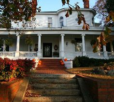 The Simmons-Bond Inn is arestored Victorian mansion in historic downtown Toccoa, Georgia. TripAdvisors number one recommended bed and breakfast in Toccoa.