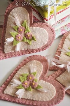 Felt Heart with flowers / corazon con flores de fieltro