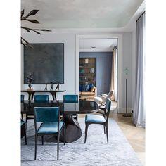 sala de jantar com cadeiras turquesas e tapete com textura - Arkpad