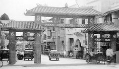 Surabaya: GERBANG Jalan Kembang Jepun darI arah Timur dengan gaya tradisional China di tahun 1930-an. Gerbang ini pernah dirubuhkan dan saat di Jalan Kembang Jepun itu diadakan kegiatan Kya-Kya, yaitu pasar makanan pada malam hari tahun 2005-2007, gerbang khas China dibangun kembali, (dok Yousri – dari Surabaya Tempo Dulu)
