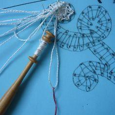 Crosse (début) - Site de chezraymonde ! Crosse, Lace Patterns, Bobbin Lace, Hand Fans, Curves, Making A Bow, Embroidery, Papillons, Floral
