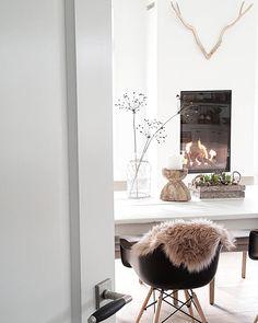 Glimpse into a room. Decoration Inspiration, Room Inspiration, Interior Inspiration, Home Living Room, Living Spaces, Interior Minimalista, Minimalist Interior, Scandinavian Interior, Interiores Design